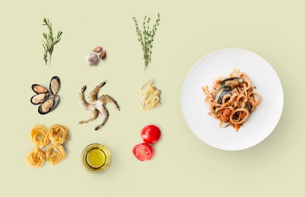 イタリア料理、シーフードパスタ、ベージュに分離された食材を調理