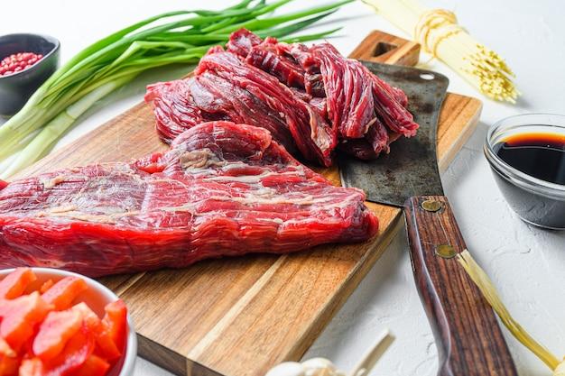 쇠고기 스테이크로 홈메이드 볶음 국수를 만들기 위한 요리 재료.