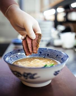 Приготовление японского супа из лапши рамэн с пастрами