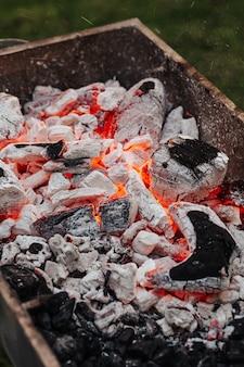 グリルで串でケバブ肉を調理します。