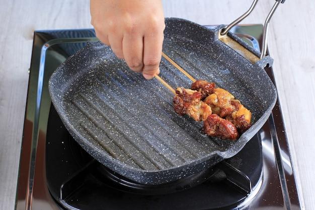 Приготовление сатай из баранины (сатэ-камбинг) в домашних условиях на мини-тефлоновом гриле, жарка мяса ягненка и пошаговое приготовление домашнего сате
