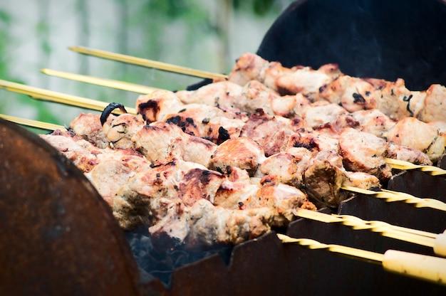 Приготовление маринованного шашлыка, гриль баранины на металле