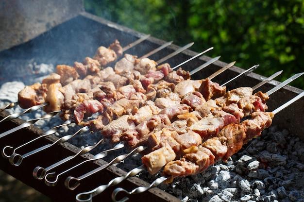 火で肉を調理する。