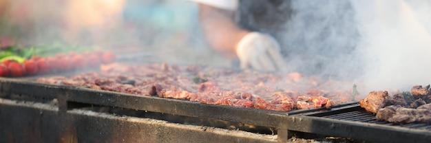 Приготовление мяса на решетке и углях