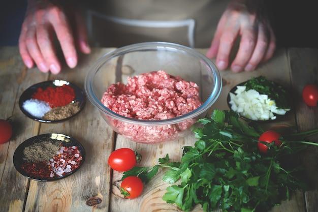 ハンバーガーやグリル用のミンチ肉の調理