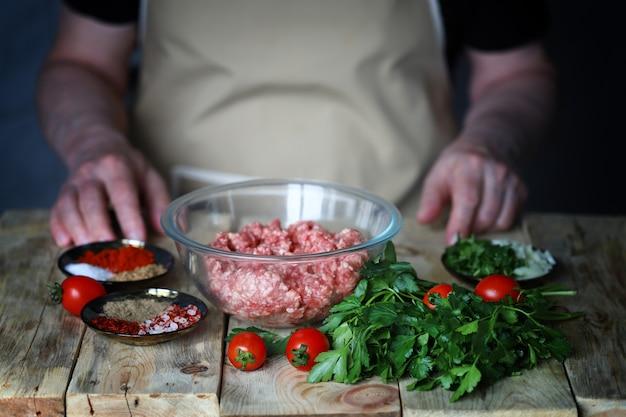 버거 용 다진 고기 요리 또는 구이