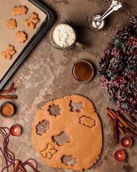 새해 생강 쿠키 요리하기. 초를 가진 테이블에 크리스마스 트리입니다.