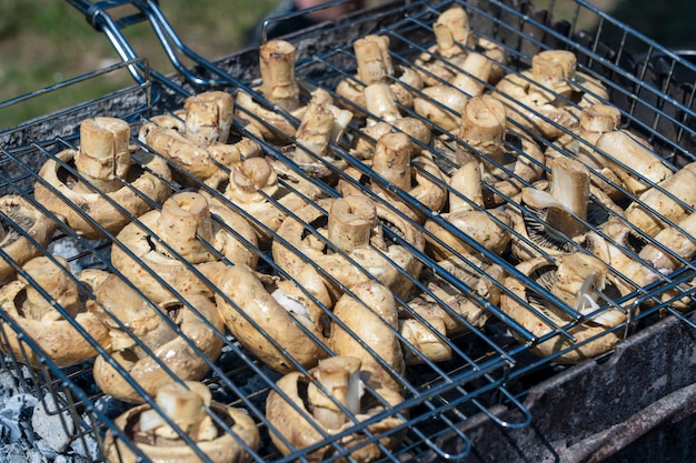 Приготовление белых грибов на гриле на рынке уличной еды в украине, крупным планом