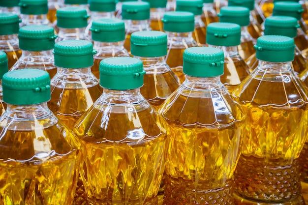 工場倉庫での食用油瓶