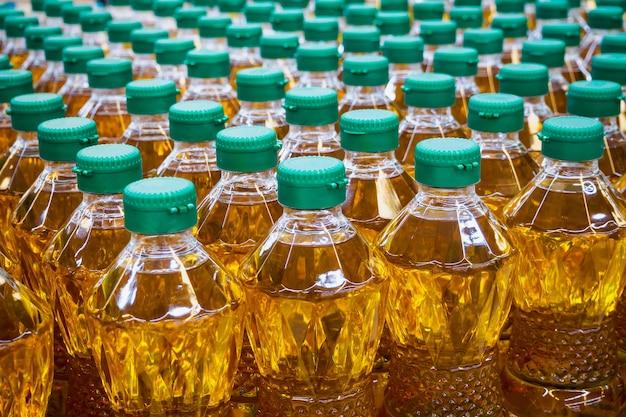Бутылки растительного масла на заводском складе