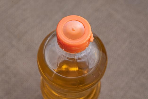 Olio da cucina sulla superficie marrone della iuta