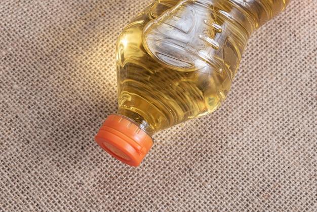 茶色のジュートの背景に食用油