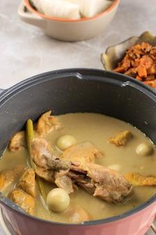 オポールアヤム(インドネシアのチキンカレー)を豆腐とウズラの卵で調理し、キッチンで調理します。ゆで調理
