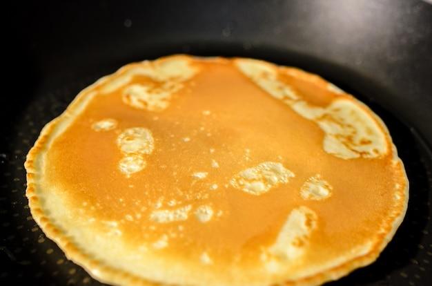 フライパンでパンケーキを調理する