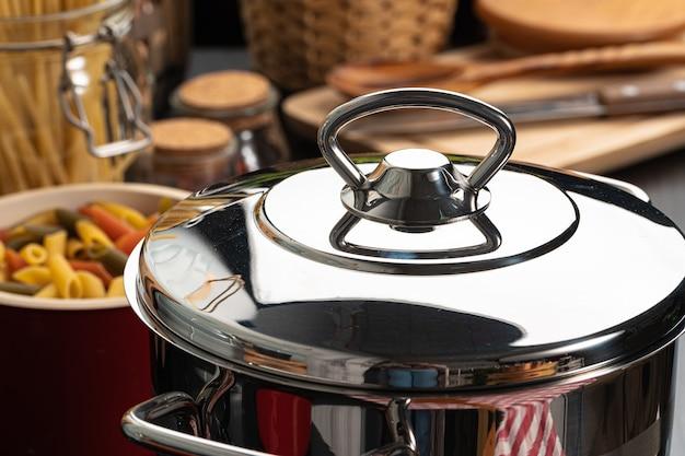 Готовим макароны на домашней кухне в горшочке крупным планом