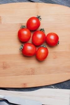 トマト、キッチンテーブルのパスタを調理