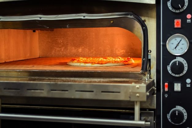 Cooking pizza in an electric oven