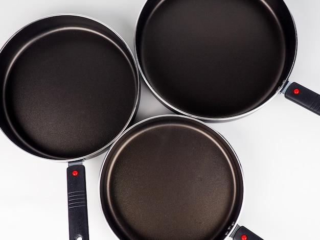 白い表面に鍋やフライパンを調理