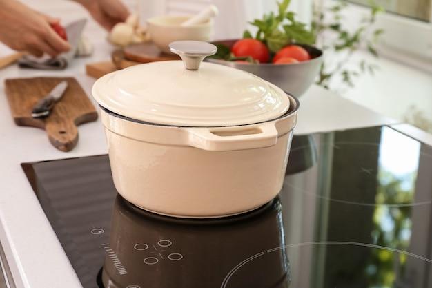 キッチンの電気ストーブの調理鍋
