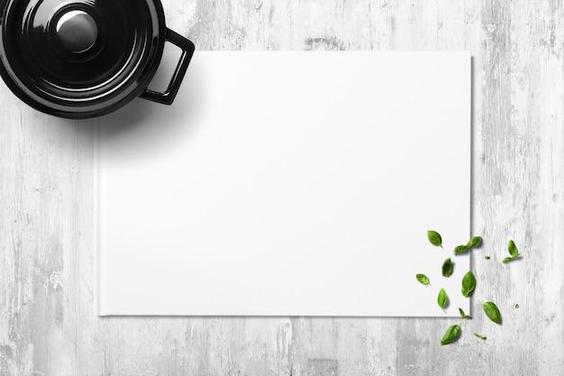 Горшок с листьями базилика и местом для текста