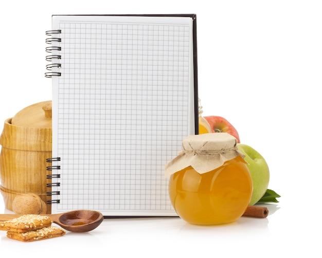 Книга рецептов приготовления пищи и еда, изолированные на белом фоне