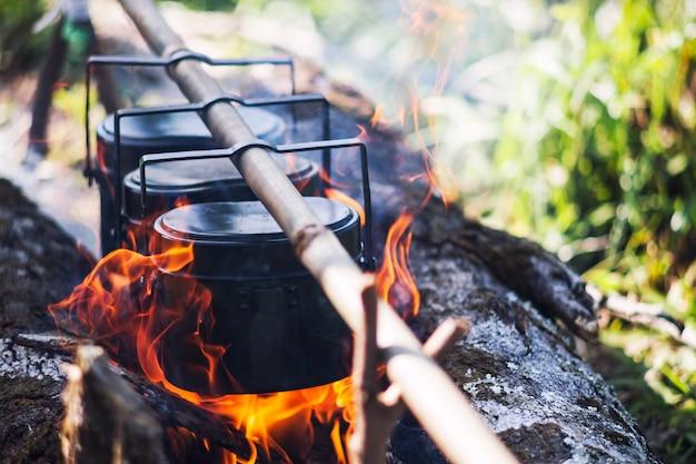 キャンプで火の上で米を炊く