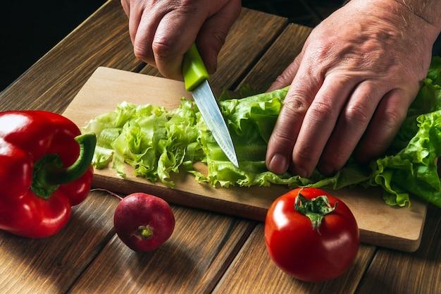 레스토랑 주방에서 샐러드 요리 요리사 손으로 샐러드 채소를 잘라 샐러드 다이어트를 위한 야채 세트