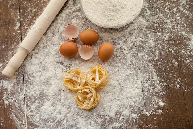 卵、小麦粉、パスタを使っておいしいものを調理します。上からの眺め。