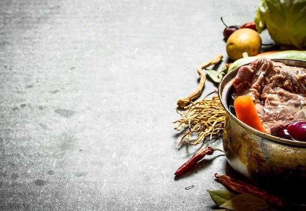 고기, 야채 및 향신료로 수프 요리.