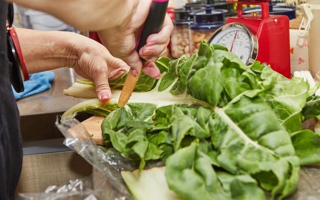 インターネットスイスチャードパイのレシピに従ってスイスチャードを調理する。