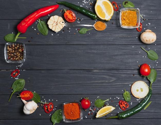 요리 테이블. 향신료와 야채와 배경입니다. 평면도.