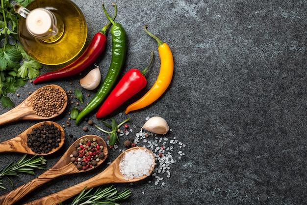 향신료, 다채로운 고추, 허브가 있는 요리 테이블