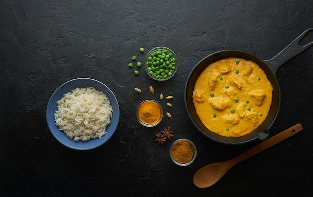 Приготовление вкусного карри с курицей в сливочном масле и рисом на чугунной сковороде