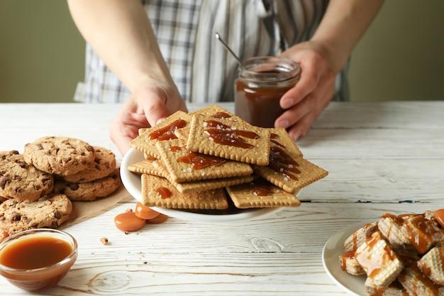 Приготовление вкусного печенья с карамельной концепцией, крупным планом