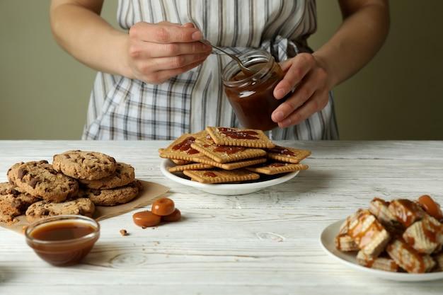 Приготовление вкусного печенья с карамельной концепцией, вид спереди