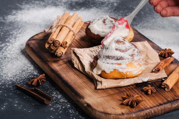 Приготовление вкусных домашних булочек с корицей и сырной глазурью пекарня
