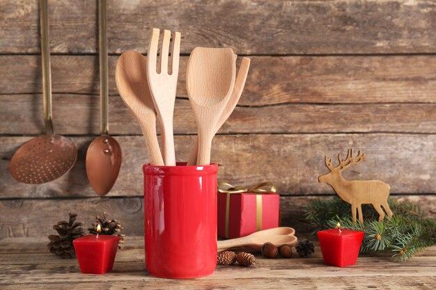 木製の背景に装飾が施された調理器具