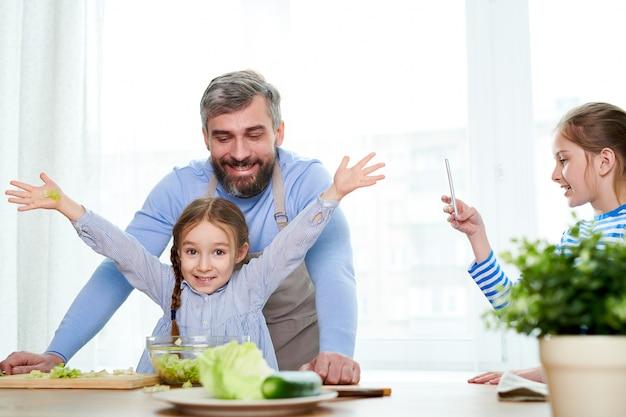 お父さんと一緒に野菜サラダを調理する