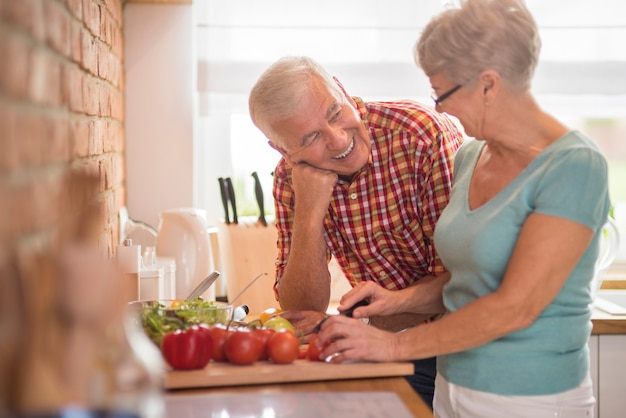 料理の女性と彼女の陽気な夫