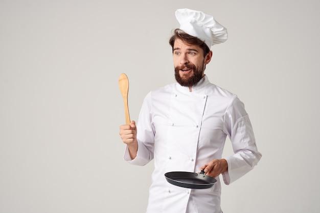 Повара со сковородой готовка еды готовка