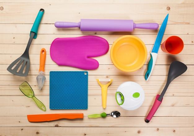 Посуда и аксессуары на деревянном столе,