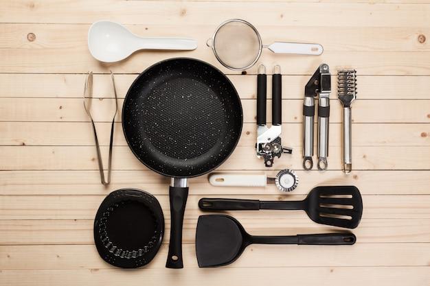 Посуда и аксессуары на деревянном столе.