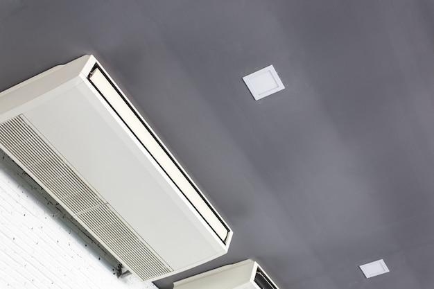 흰 벽 방에 멋진 에어컨 시스템