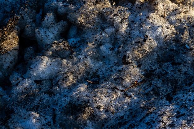 興味深いテクスチャを持つ泥だらけの凍った地面のクールな背景-クールな壁紙に最適