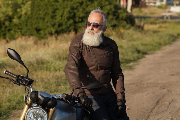 Крутой бородатый старик на мотоцикле