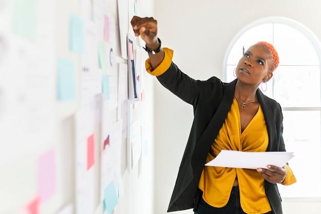 マーケティング戦略を計画しているクールな黒人実業家