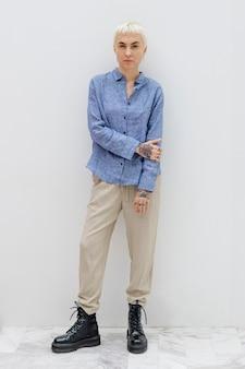 青いリネンシャツのクールなブロンドの髪の女性