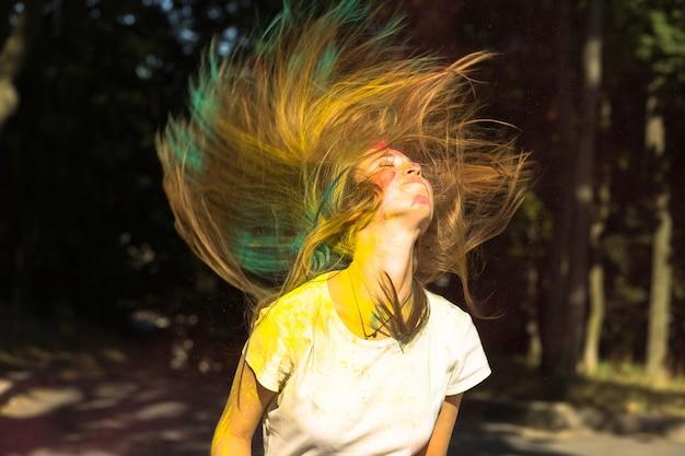 ホーリー祭を祝う空飛ぶ髪のクールなブロンドの女性