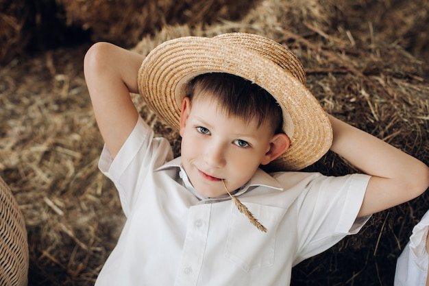 干し草の上に横たわると村で休んでいるクールな少年
