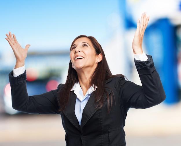 クールなビジネスの女性は驚きました